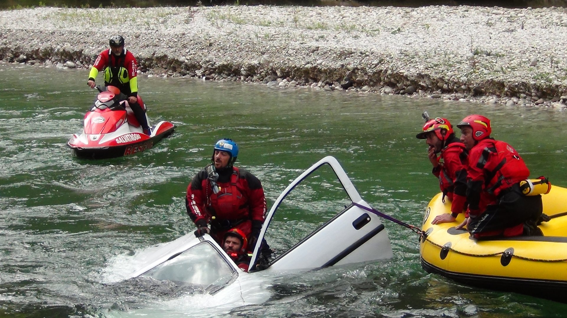 Corso intervento su auto in fiume