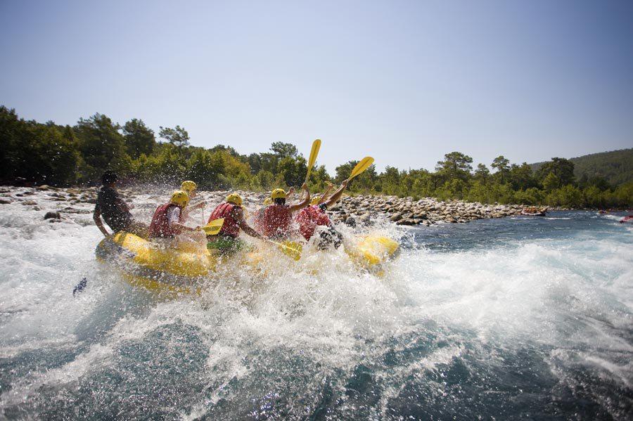 Meglio guidare il raft a remi o pagaia. Video pericoli in fiume.